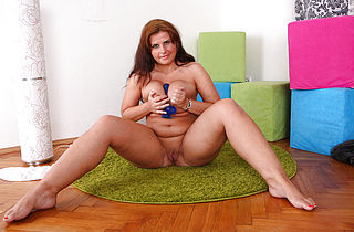 Plump babe sucks dildo